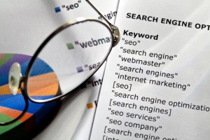 Ark med liste over forskjellige søkeord til bruk i søkemotoroptimalisering. Foto.